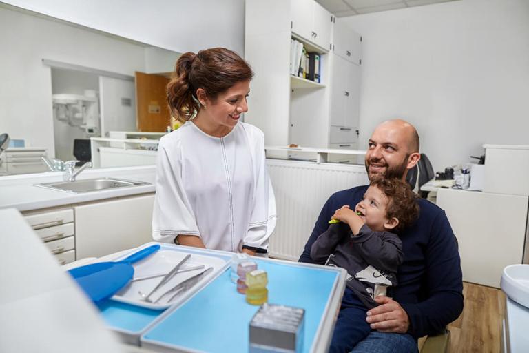 Zahnaerztin Wedding Moabit - Berlin - Setareh Saleh-Edes - Behandlung Kleinkind